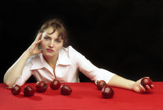 Una muchacha y las manzanas foto de archivo
