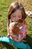 Una muchacha y su conejo Fotos de archivo libres de regalías