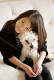 Una muchacha y su perro imagen de archivo