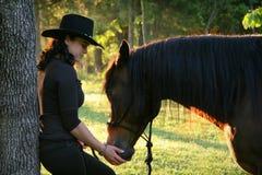 Una muchacha y su serie del caballo Imagen de archivo