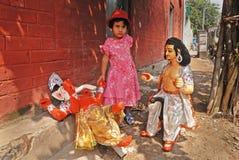 Una muchacha y un ídolo hindú. Fotografía de archivo