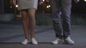 Una muchacha y un baile del individuo almacen de video