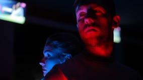 Una muchacha y un hombre en la oscuridad les gusta super héroes metrajes