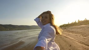 Una muchacha y un individuo que corren alrededor en la playa metrajes