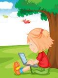 Una muchacha y una computadora portátil Imagen de archivo