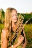 Una muchacha y una naturaleza Imagen de archivo