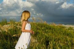 Una muchacha y una tormenta Imagen de archivo libre de regalías