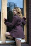 Una muchacha y una ventana Fotografía de archivo