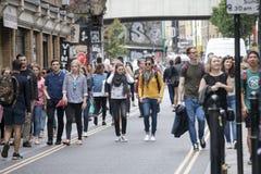 Una muchedumbre abigarrada grande camina encima de Bricklane en el domingo por la tarde El mercado de pulgas en Bricklane trabaja Foto de archivo libre de regalías