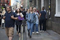 Una muchedumbre abigarrada grande camina encima de Bricklane en el domingo por la tarde El mercado de pulgas en Bricklane trabaja Fotografía de archivo libre de regalías