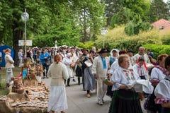 Una muchedumbre de artesanos marcha abajo de la calle Imagen de archivo