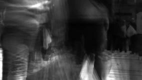 Una muchedumbre de caminar de la gente almacen de metraje de vídeo