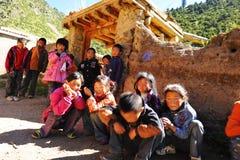 Una muchedumbre de estudiantes tibetanos que cuelgan hacia fuera en un patio de la escuela Foto de archivo