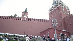 Una muchedumbre de fanáticos del fútbol y los turistas se están sentando por la torre del ` s del Kremlin en la tarde