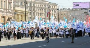 Una muchedumbre de gente con las banderas blancas y los globos azules Imagen de archivo