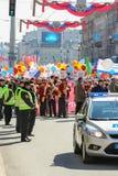 Una muchedumbre de gente con las banderas y los globos Imagen de archivo