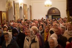Una muchedumbre de gente en la iglesia Foto de archivo