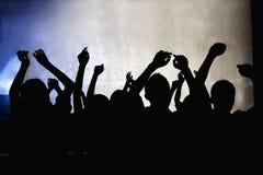 Una muchedumbre de gente joven que baila en un club nocturno Fotos de archivo libres de regalías
