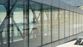 Una muchedumbre de gente va en la rampa al avión Pasajeros en el aeropuerto antes de la salida almacen de metraje de vídeo