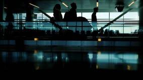 Una muchedumbre de siluetas irreconocibles de pasajeros en el terminal de aeropuerto Vaya y vaya por la cinta móvil Vida adentro ilustración del vector