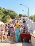 Una muchedumbre de turistas en las escaleras Foto de archivo libre de regalías