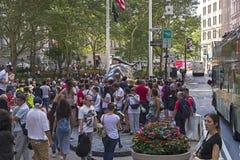 Una muchedumbre de turistas rodeó la escultura de bronce del Charg Foto de archivo libre de regalías