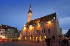 Una muchedumbre de turistas visita el cuadrado del ayuntamiento de la noche en la ciudad vieja el 5 de septiembre de 2015 en Tall Fotografía de archivo