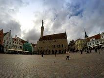 Una muchedumbre de turistas visita el cuadrado del ayuntamiento en la ciudad vieja el 5 de septiembre de 2015 en Tallinn, Estonia Foto de archivo