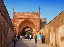 Una muchedumbre de turistas visita el fuerte rojo Agra el 28 de enero de 2014 en Agra, Uttar Pradesh, la India. El fuerte es el vi Imagen de archivo libre de regalías