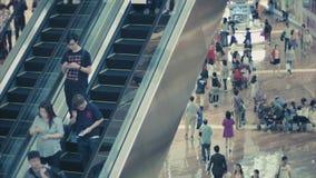 Una muchedumbre en la escalera móvil en el área de compras de Marina Bay Sands Compras del Año Nuevo almacen de video