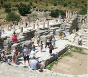 Una muchedumbre enorme de turistas en las ruinas de Efes Foto de archivo
