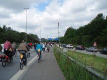 Una muchedumbre grande de jinetes de la bicicleta en una carretera alemana Foto de archivo libre de regalías