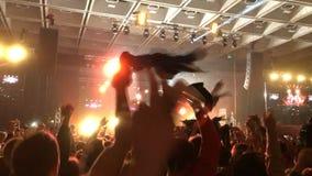 Una muchedumbre rabiosa de gente en el golpe que agita sus manos en la muchedumbre de silueta de las fans almacen de video