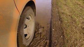 Una mudanza anaranjada del coche almacen de video