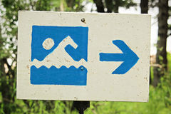 Una muestra azul de la playa de la playa con una flecha de la dirección Foto de archivo