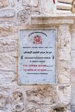 Una muestra con la inscripción - la iglesia ortodoxa siria - en dos idiomas - árabes e inglés cerca de la entrada a la iglesia i foto de archivo