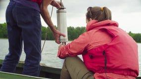 Una muestra de colada del científico de agua del lago en la botella plástica metrajes