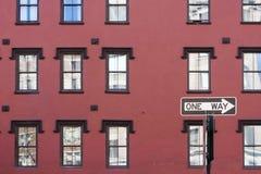 Una muestra de la manera y edificio rojo Fotos de archivo libres de regalías