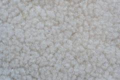 Una muestra de lanas blancas cubre el paño con cuero para coser Imagen de archivo libre de regalías