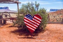 Una muestra de madera en forma de corazón que representa la bandera americana imágenes de archivo libres de regalías