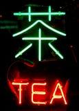 una muestra de neón del té en chino Foto de archivo
