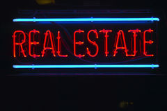 Una muestra de neón para las propiedades inmobiliarias Imagen de archivo libre de regalías