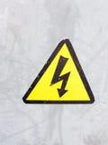 Una muestra de seguridad amarilla y negra en el fondo del metal plateado eléctrico Fotografía de archivo libre de regalías