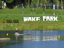 Una muestra del parque de la estela vista con la reflexión del agua en Koszalin, Polonia, agosto de 2018 fotografía de archivo libre de regalías