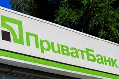 Una muestra en la fachada de Privat Bank ucraniano grande con la inscripción Privatbank Departamento financiero en Dnepropetrovsk foto de archivo libre de regalías