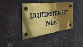 Una muestra en la pared con el palacio de Liechtenstein de la inscripción en la isla de Kampa en Praga almacen de video