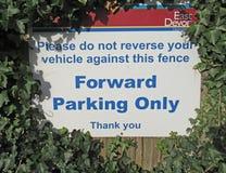 Una muestra en un aparcamiento de Sidmouth que da instrucciones que parquean La hiedra se ha cortado para pararlo que era obscure imágenes de archivo libres de regalías