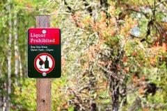 Una muestra prohibida licor del uso del día con los árboles en el fondo foto de archivo libre de regalías