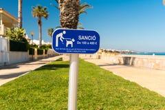 Una muestra que anuncia la prohibición en perros en la playa en L ` Hospitalet de l niño del `, Tarragona, Catalunya, España Copi Fotos de archivo libres de regalías