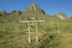 Una muestra que dirige a viajeros al rancho del holandés errante cerca de parque de estado del pico de Picacho al norte de Tucson Fotos de archivo libres de regalías